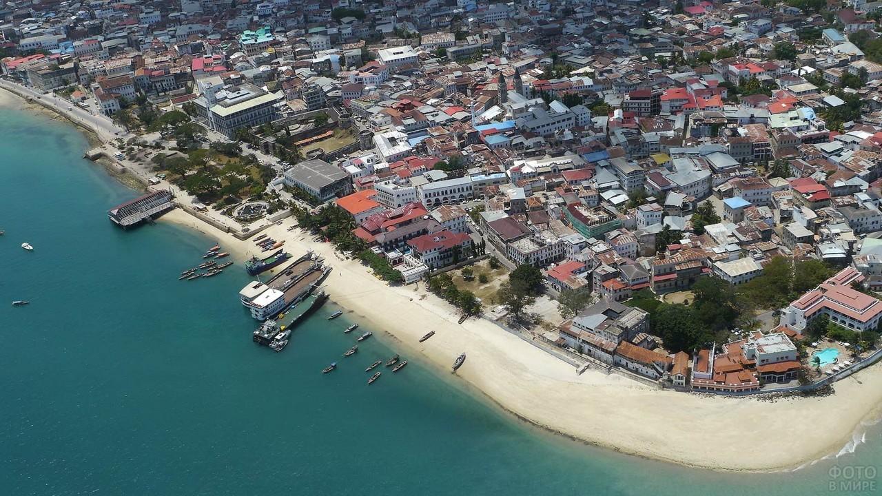 Вид сверху на пляж и Каменный город на Занзибаре