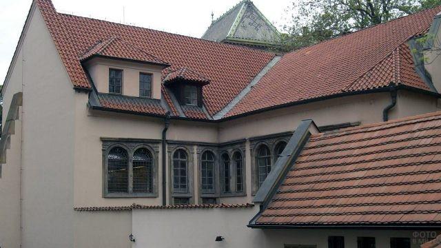Черепичные крыши Пинкасовой синагоги в квартале Йозефов в Праге