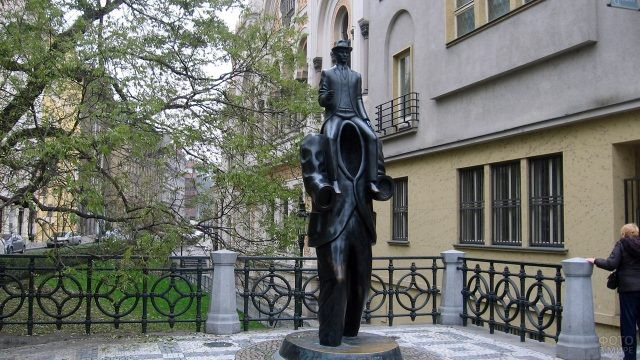 Монумент Францу Кафке в пражском квартале Йозефов