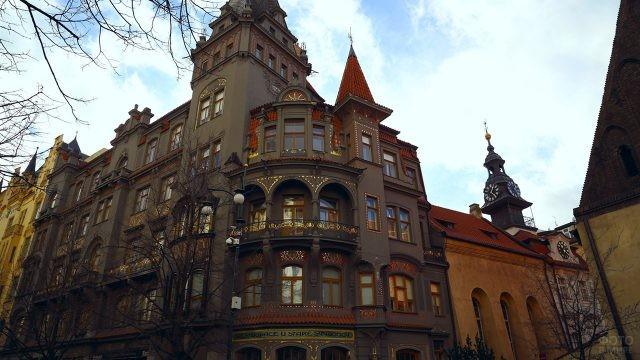 Нарядный фасад старинного дома в квартале Йозефов