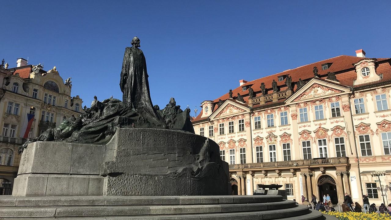 Памятник Яну Гусу в начале квартала Йозефов в Старо Месте Праги