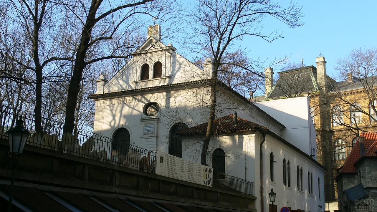 Парк и кладбище на заднем дворе Староновой синагоги в квартале Йозефов