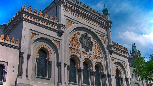 Резной фронтон Испанской синагоги в Праге