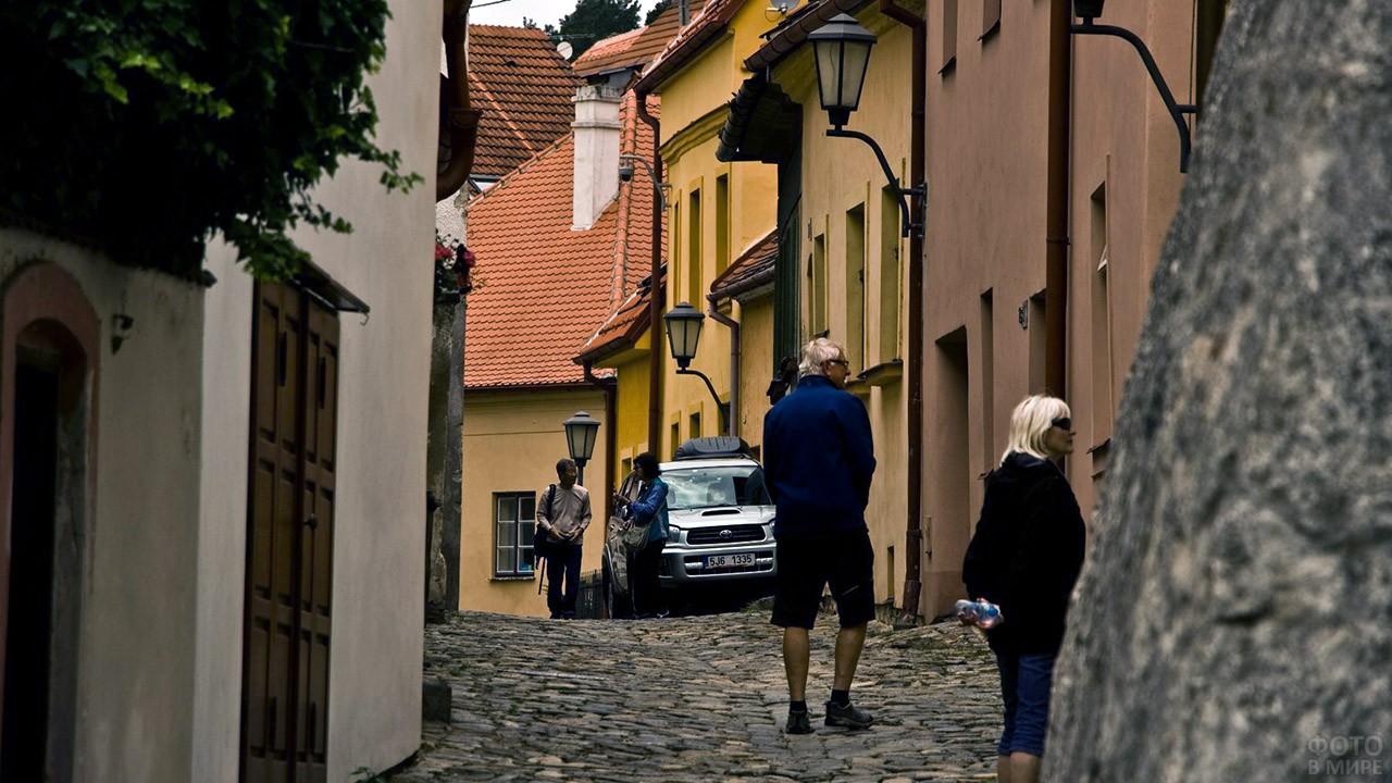 Туристы на улочке квартала Йозефов в Праге
