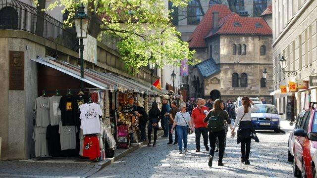 Туристы среди сувенирных лавочек квартала Йозефов в Праге