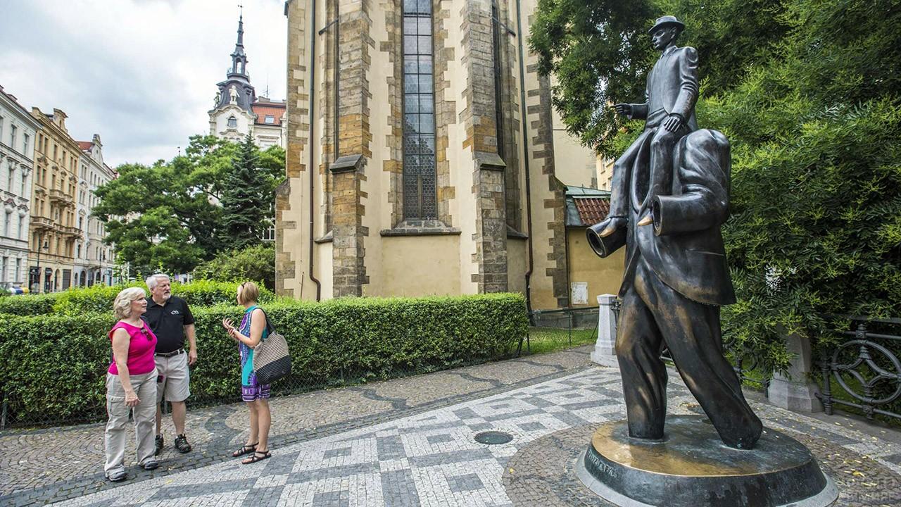 Туристы у памятника Францу Кафке в Праге