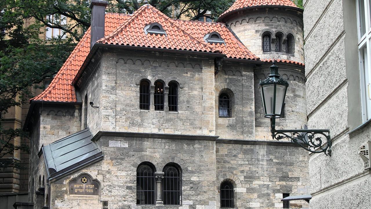 Уличный фонарь на фоне Клаусовой синагоги в квартале Йозефов
