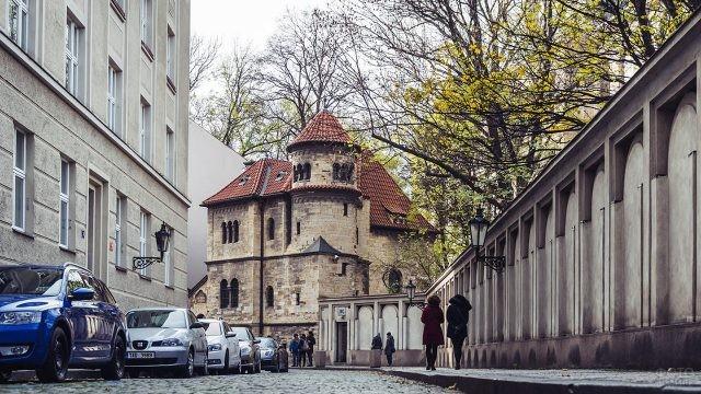 Весенняя улочка в еврейском квартале в Праге
