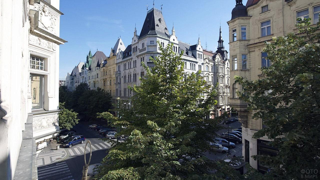 Вид с балкона на улицу Парижска в квартале Йозефов