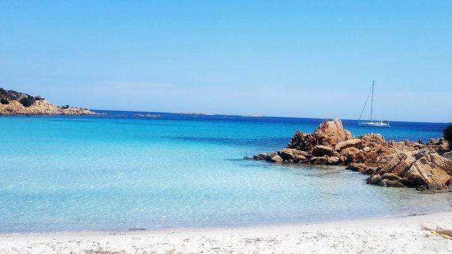Яхта у северного пляжа Сардинии