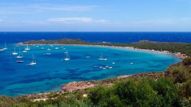 Яхты у полуострова Капо-Кода-Кавалло на Сардинии