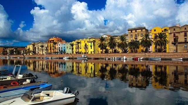 Катера и лодки у набережной города Боза на Сардинии