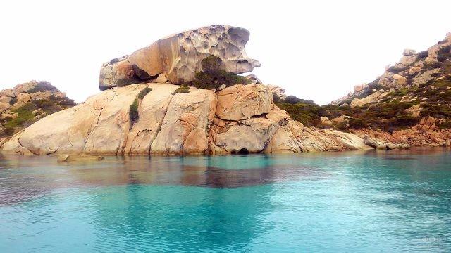 Лазурная вода в каменистой бухте острова Сардиния