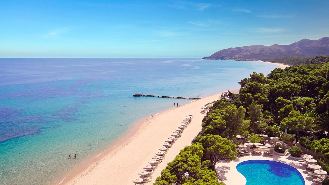 Пляж при отеле на побережье Сардинии