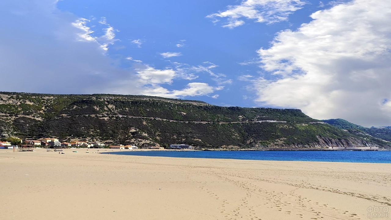 Пустынный песчаный пляж на Сардинии