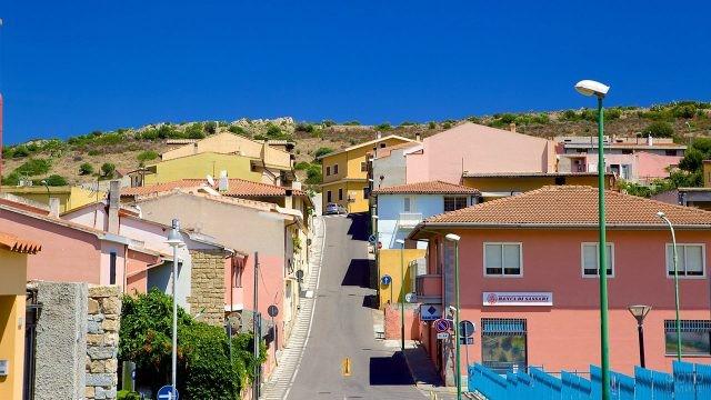 Разноцветные домики на улочке в Кальяри