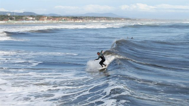 Сёрфер у побережья Сардинии