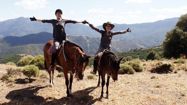 Туристки на конной прогулке по горам Сардинии