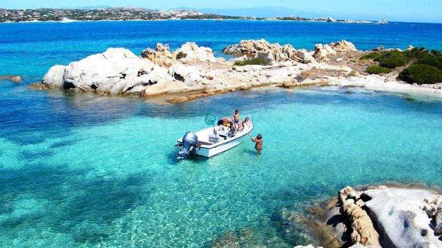 Туристы на катере у северного побережья острова Сардиния