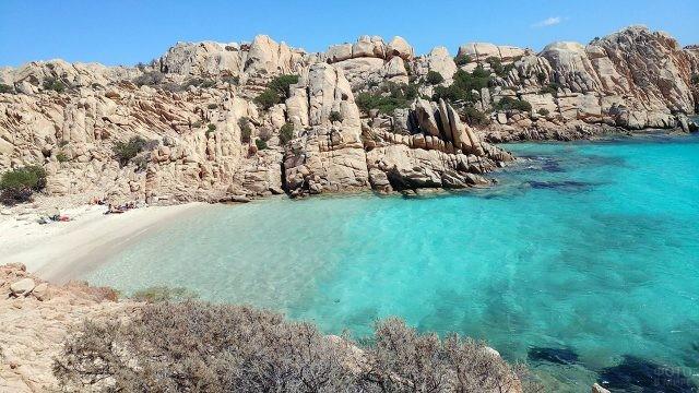Уединённый пляж Таити на Сардинии