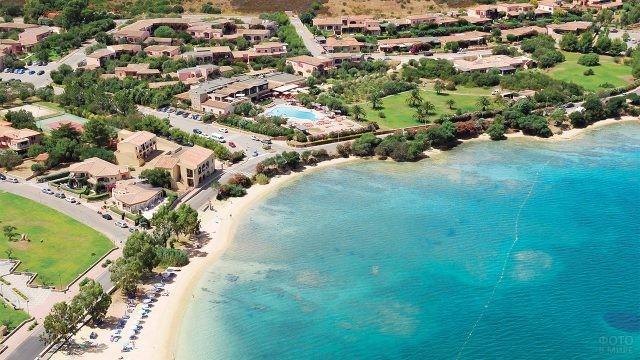 Вид на побережье курорта Канниджоне на острове Сардиния
