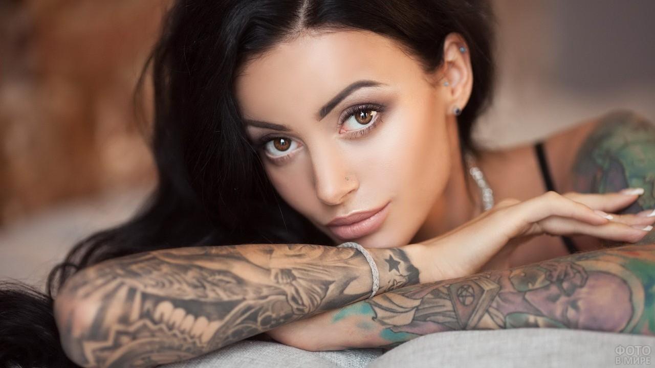 Модель с татуировками на руках