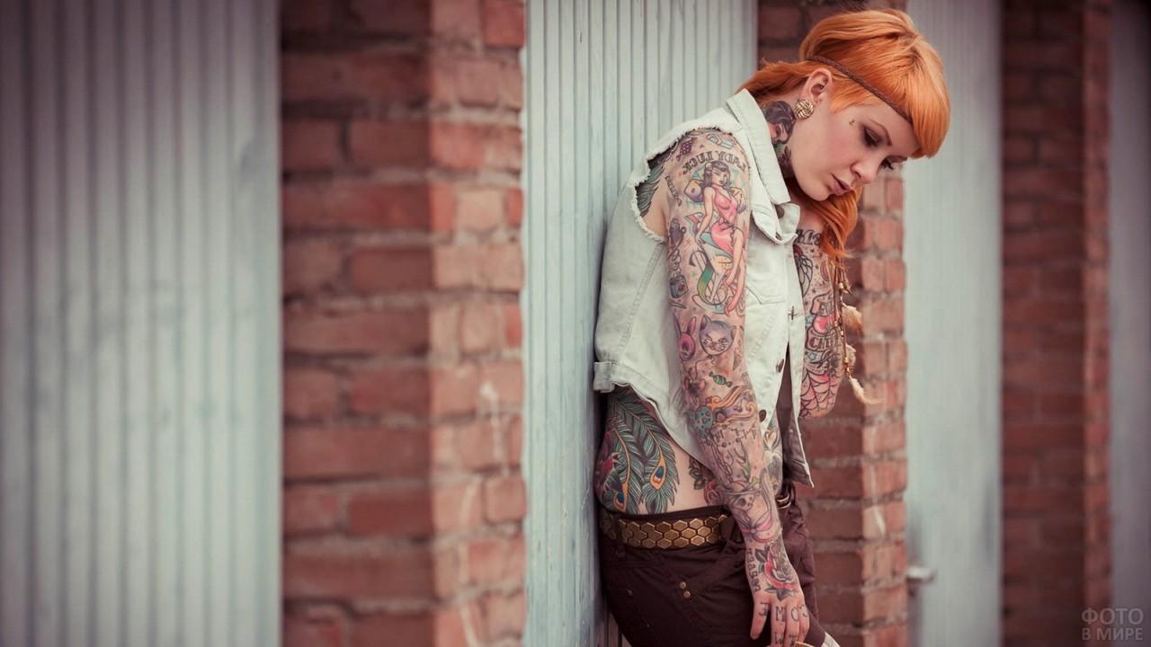 Рыжая татуированная девица