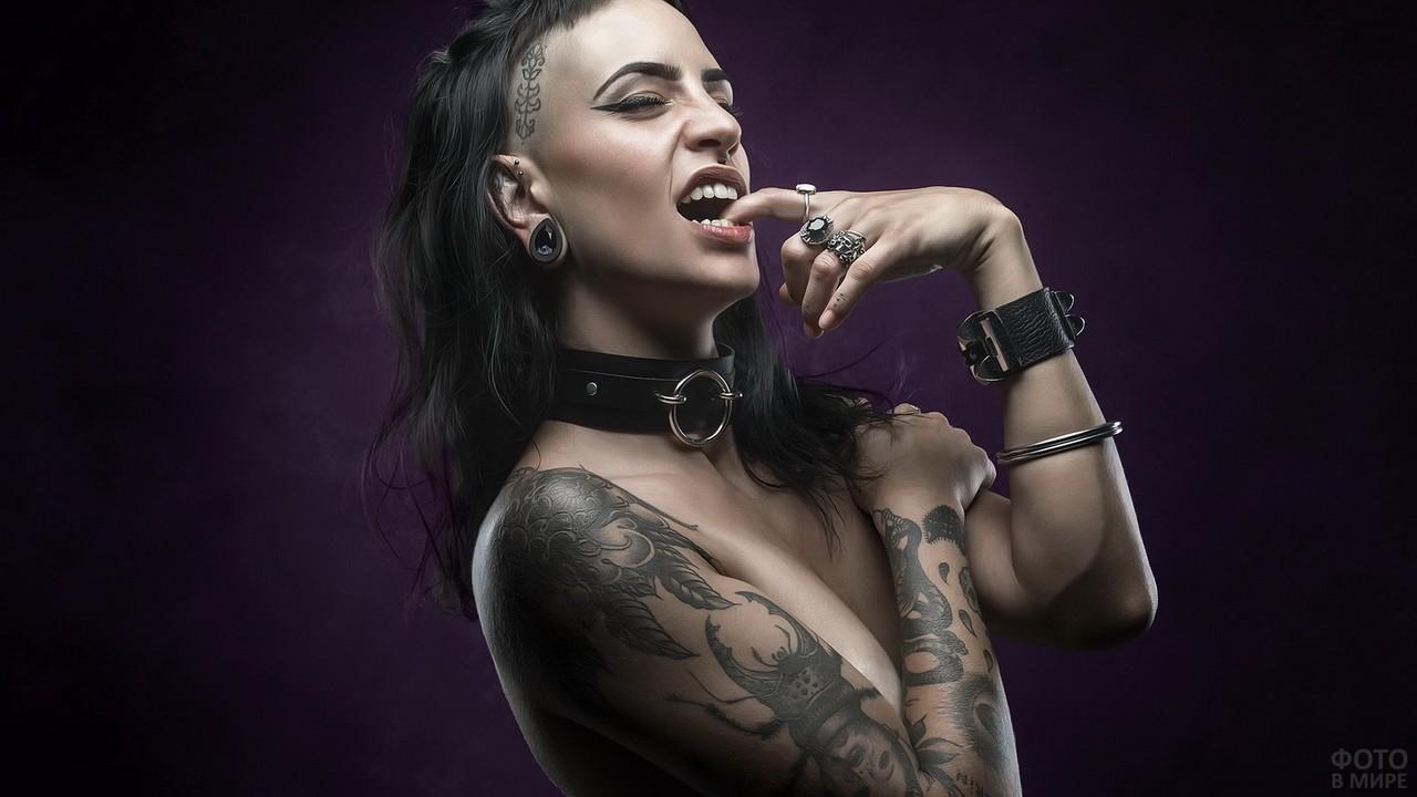 Татуированная девица с кожаным браслетом и ошейником