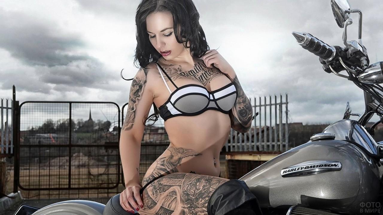 Татуированная девушка на мотоцикле