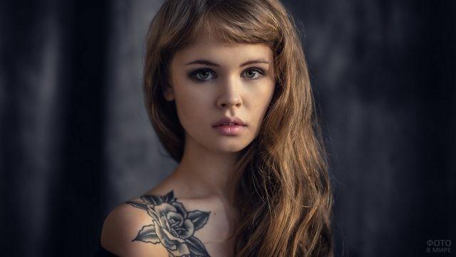 Татуировка в виде розы на ключице