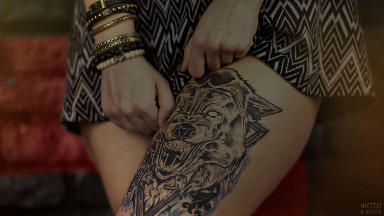 Татуировка волка на ноге у девушки