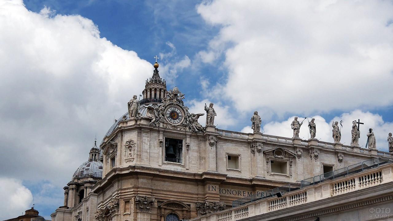 Часы и статуи на крыше Собора Святого Петра