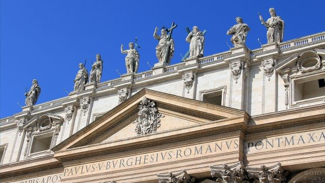 Фигуры Христа и Апостолов на фасаде Собора Святого Петра