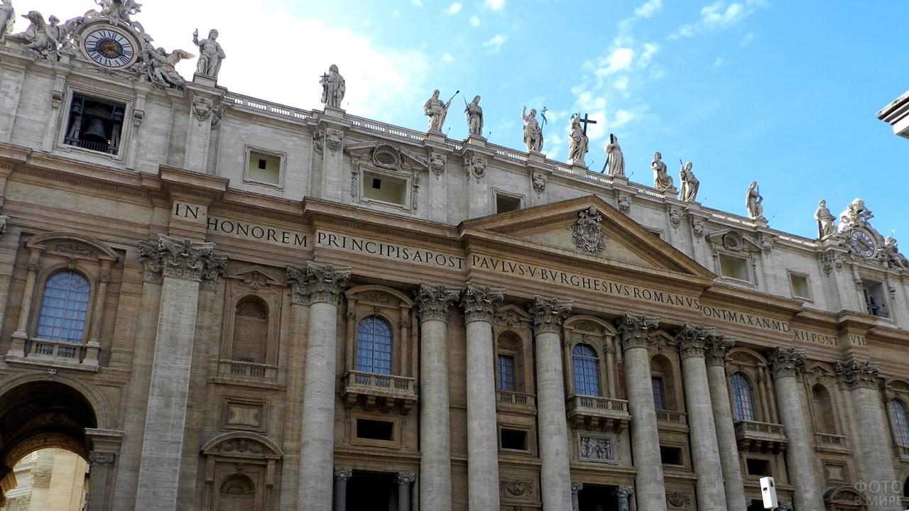 Колонны и скульптуры на фасаде Собора Святого Петра