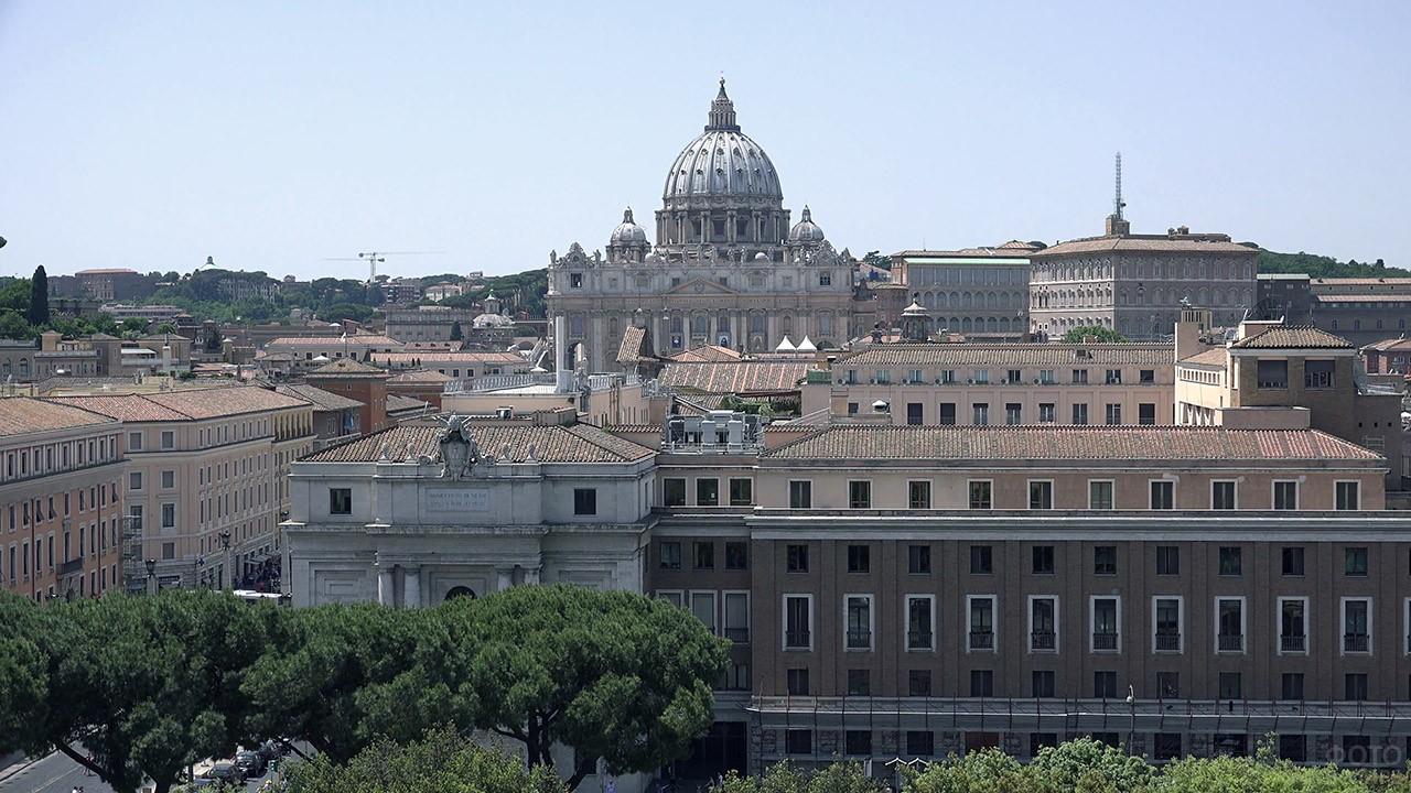 Купол Собора Святого Петра над крышами дворцов Ватикана