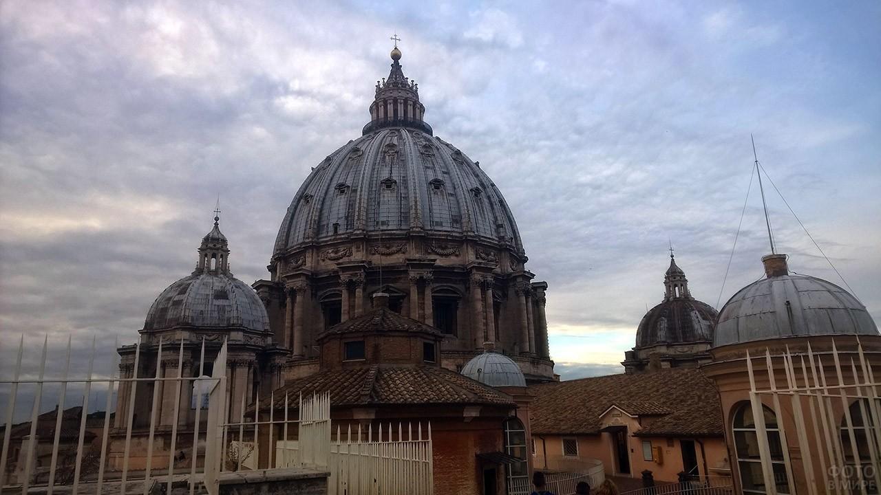 Пасмурное небо над куполом Собора Святого Петра