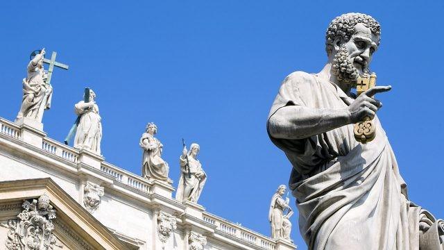 Статуя Святого Петра перед фасадом Собора