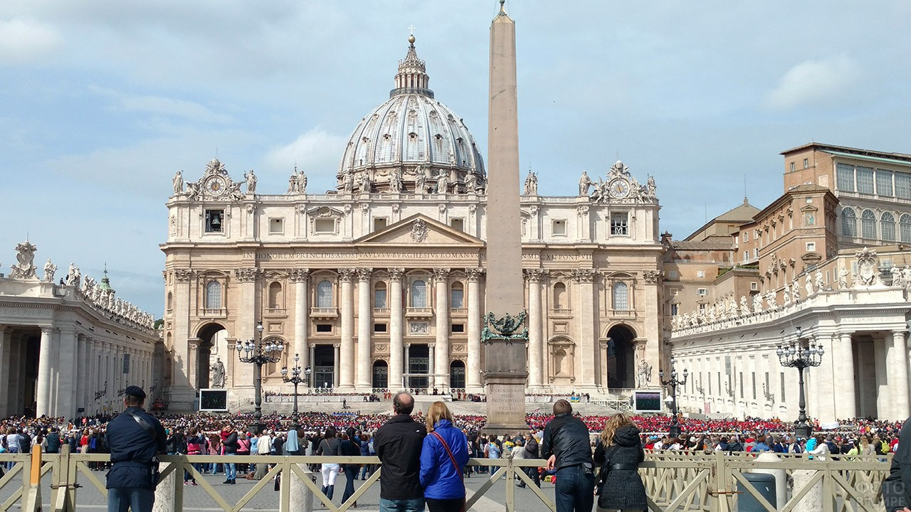 Туристы на площади перед Собором Святого Петра