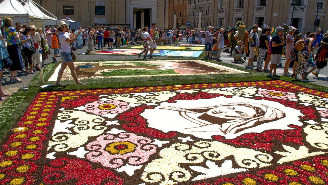 Туристы в День Святых Петра и Павла на площади перед Собором Святого Петра