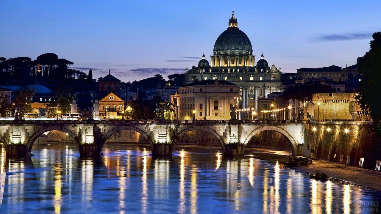 Вечерние огни на набережной реки Тибр в Ватикане, купол Собора Святого Петра