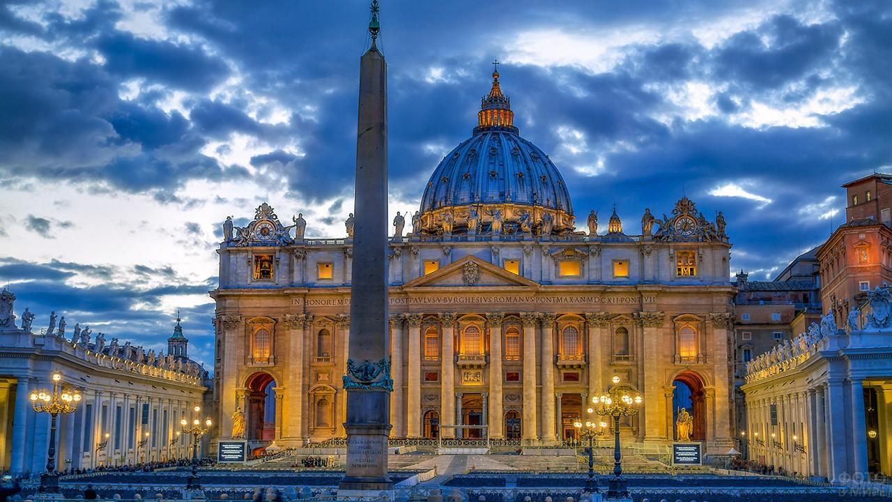 Вечерняя иллюминация Собора Святого Петра