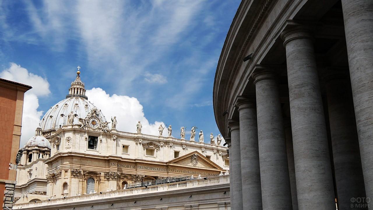 Вид со стороны колоннады на статуи фасада Базилики Святого Петра