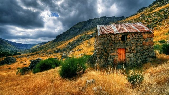 Каменный домик на склоне