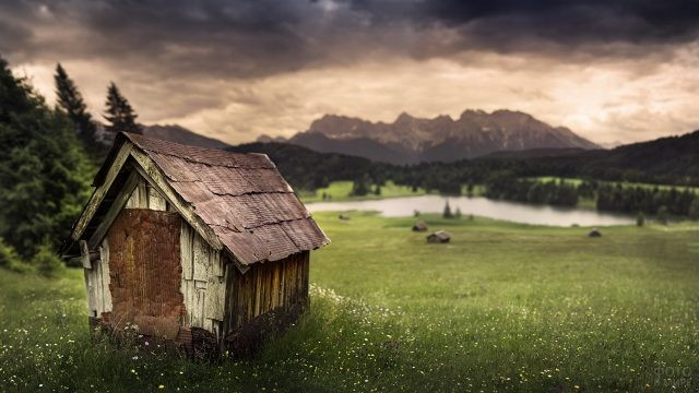 Маленький домик на фоне озера