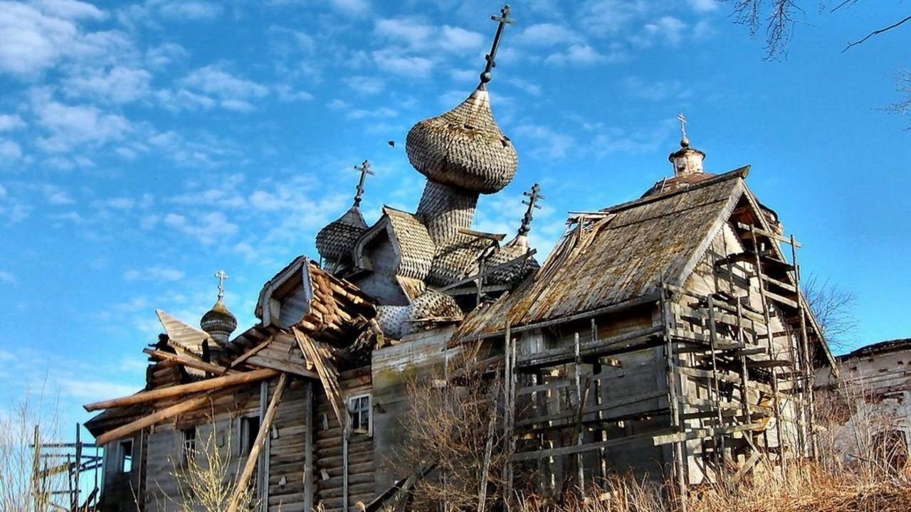Повалившаяся церковь в заброшенной деревне