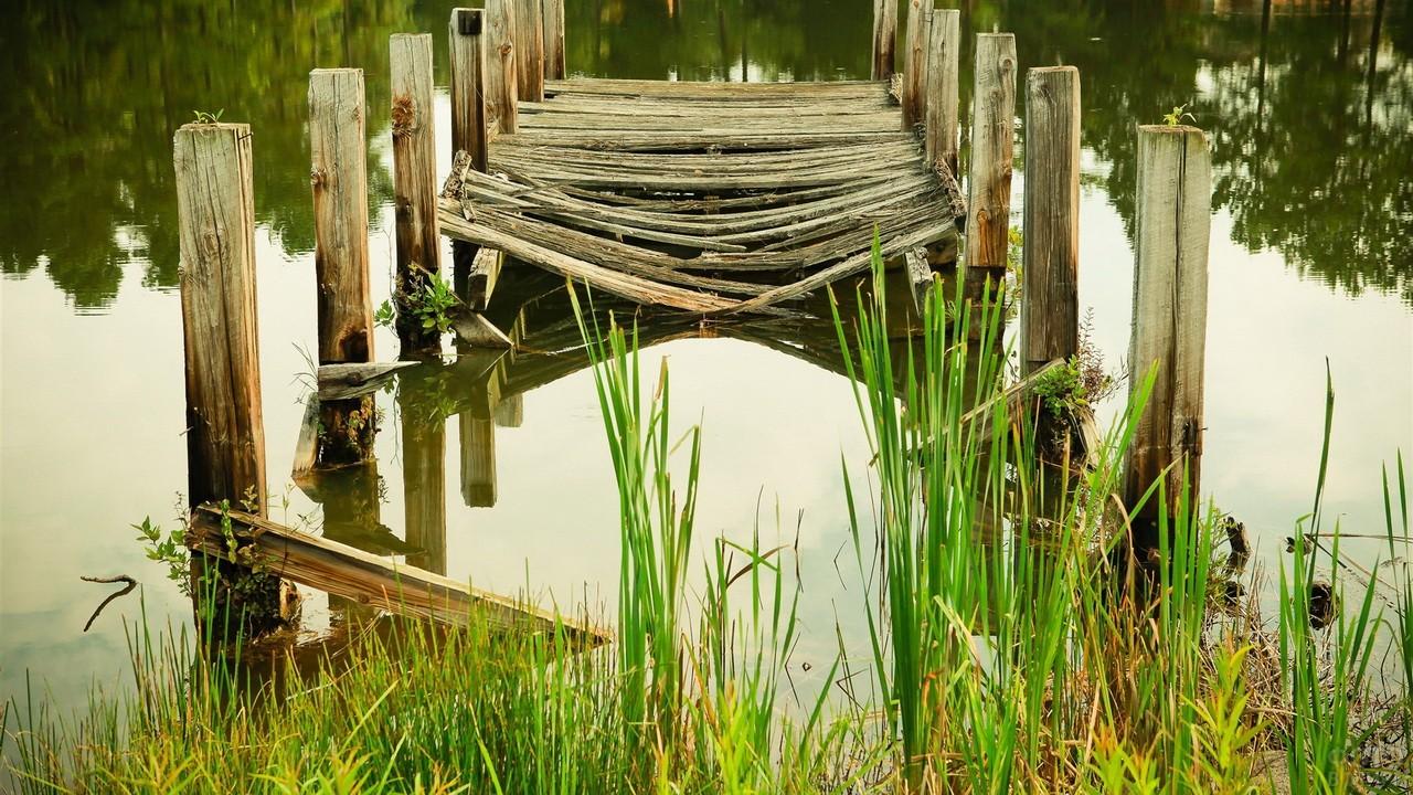 Разрушенный мостик на пруду