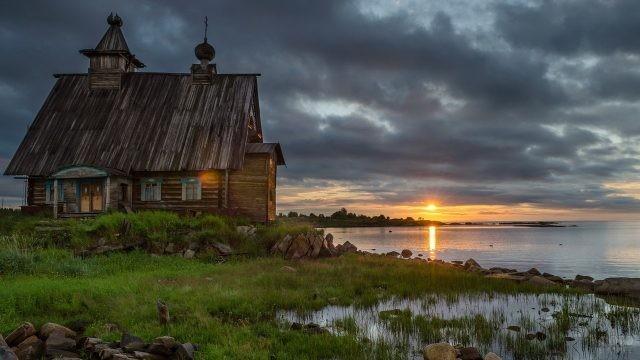 Старая церковь на берегу озера