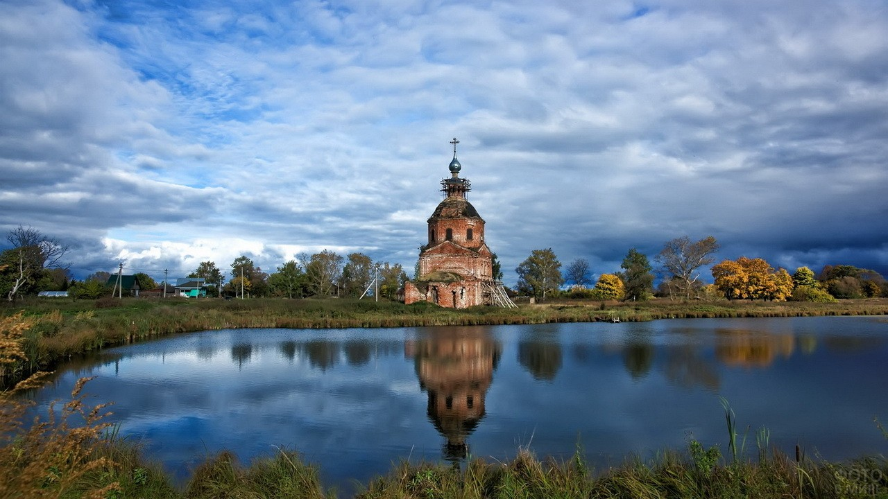 Старая кирпичная церковь на берегу озера