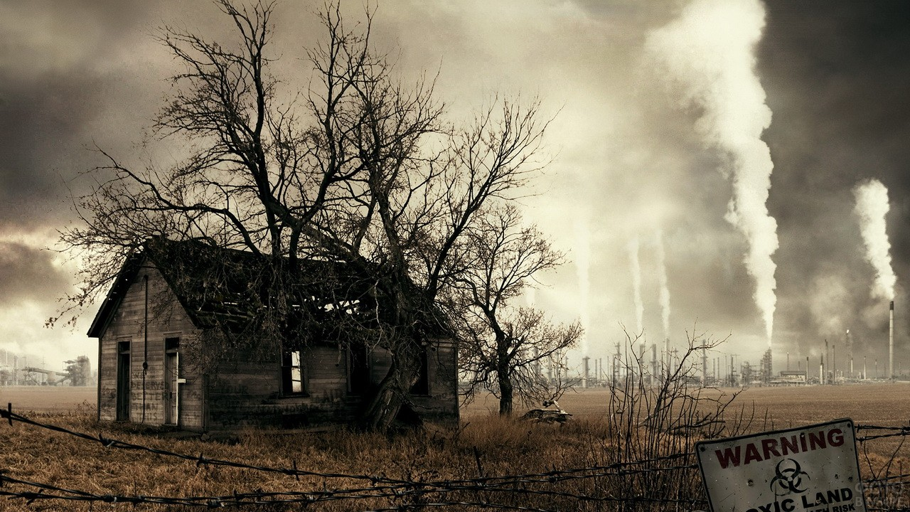 Старый дом на фоне дымящихся труб
