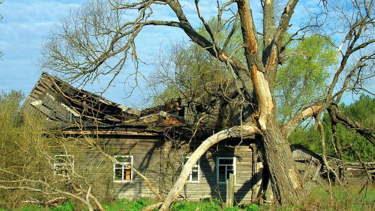 Старый дом с разрушенной крышей